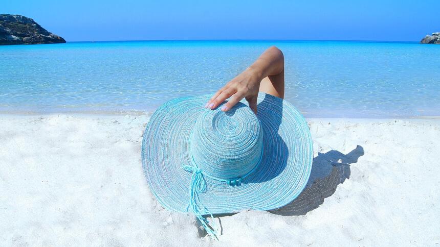 青い砂浜の写真