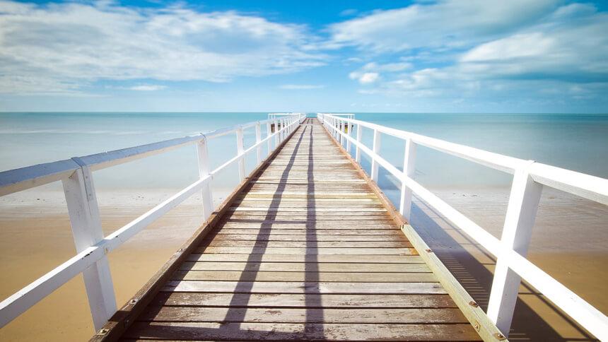 海に浮かぶ橋の画像